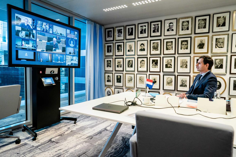 De Nederlandse minister Wopke Hoekstra tijdens de videoconferentie met de Europese ministers van Financiën. Zijn harde opstelling blokkeert een steunpakket van 500 miljard euro om de coronacrisis te tackelen.  Beeld EPA