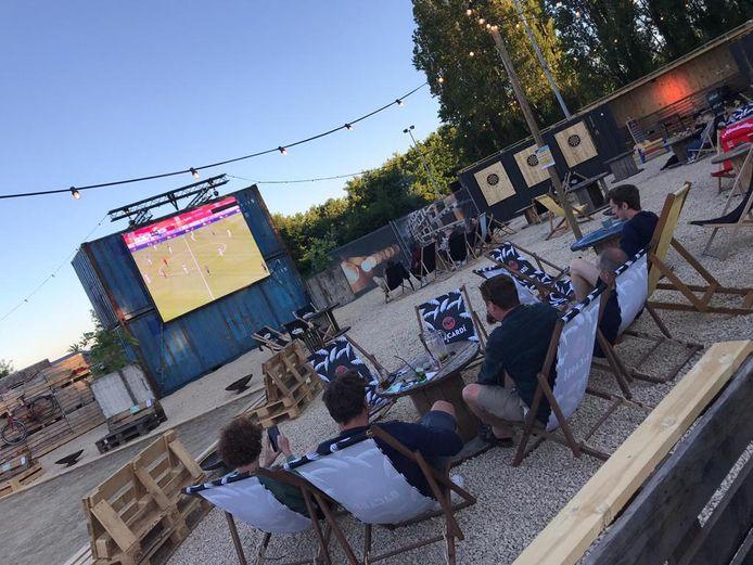 Ook de oefenwedstrijd van de Rode Duivels tegen Kroatië was al te volgen in zomerbar Loko.