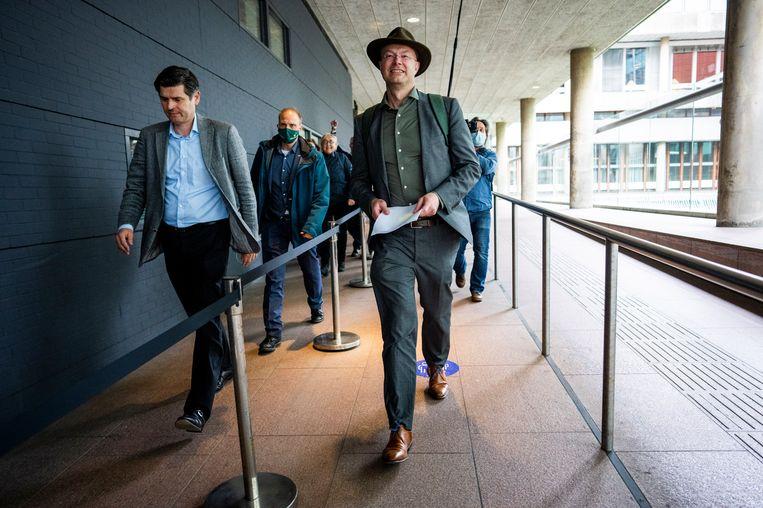 Advocaat Roger Cox en Donald Pols, directeur Milieudefensie, na de uitspraak van de rechter dat Shell de CO2-uitstoot die het veroorzaakt drastisch omlaag moet brengen. Beeld Freek van den Bergh  / de Volkskrant