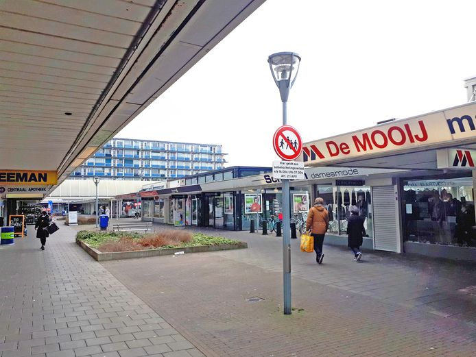 De plek des onheils in winkelcentrum Noord, waar al sinds juni een samenscholingsverbod geldt.