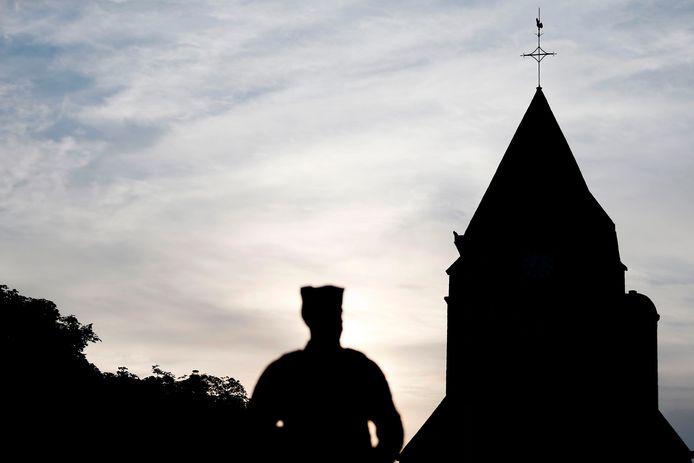 Archiefbeeld: agent bewaakt de kerk in Saint-Etienne-du-Rouvray na de terreurdaad.