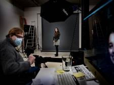 Woningzoekenden tonen hun gezicht in fotostudio John Geven in Nuenen