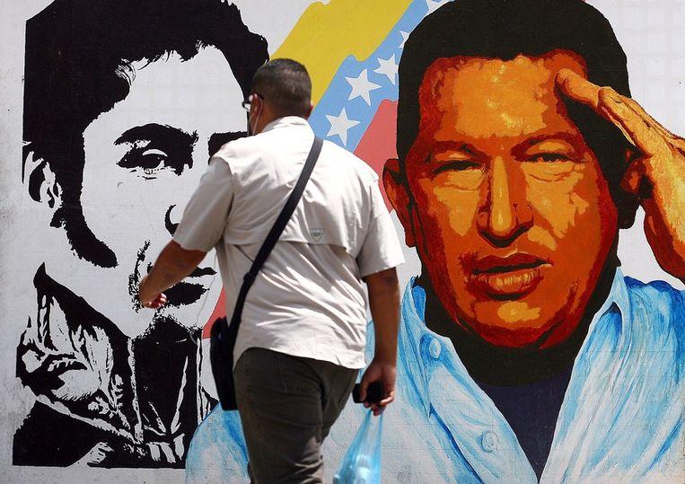 Een muurschildering van Hugo Chávez en de vrijheidsstrijder Simon Bolivar in Caracas. Beeld AFP