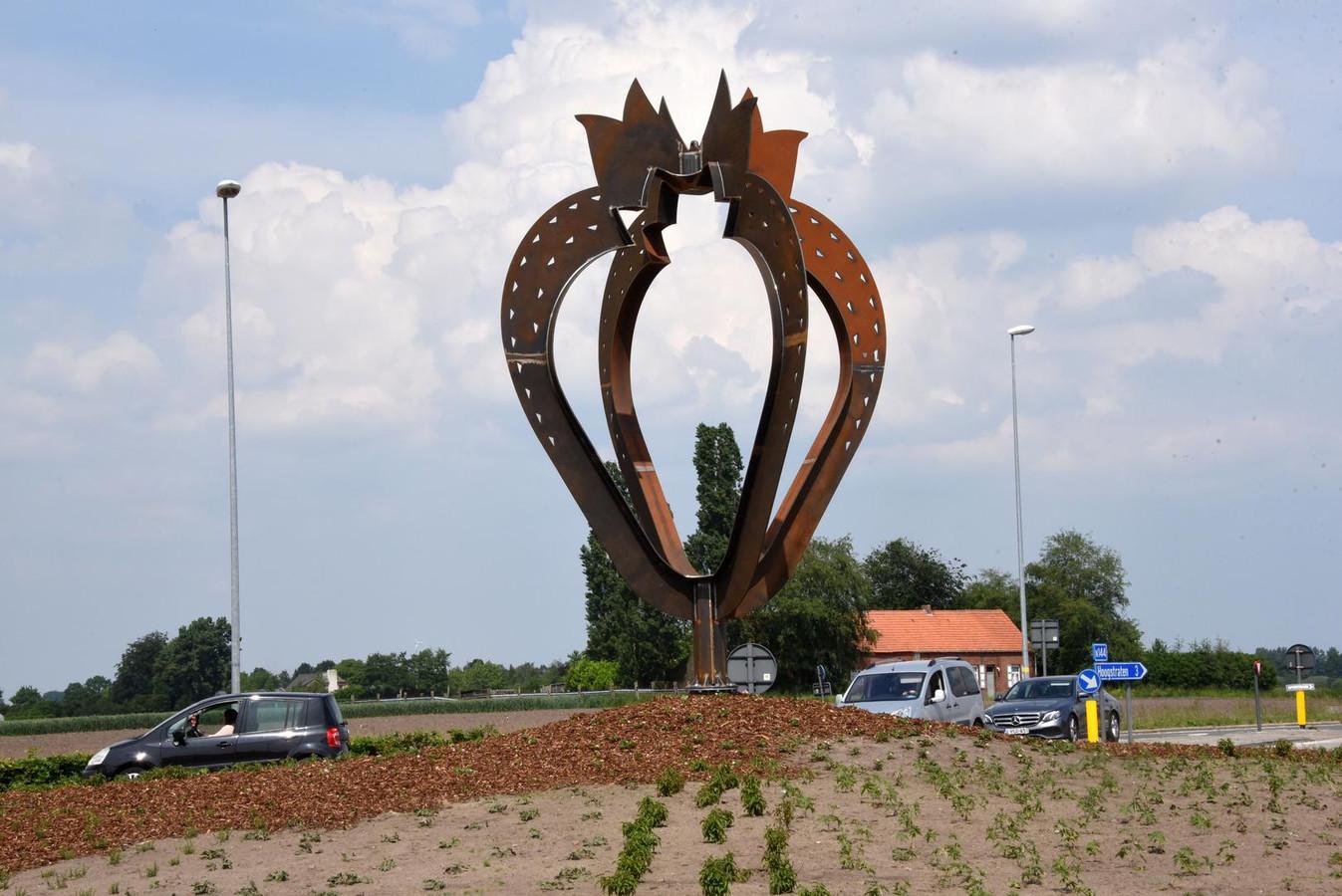 De Loenhoutseweg. Op deze rotonde prijkt een kunstwerk van een reusachtige aardbei.