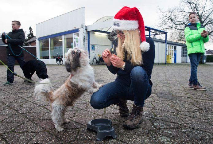 Edith Petersen van De Graafschap Dierenartsen met een van de ontbijtende honden.