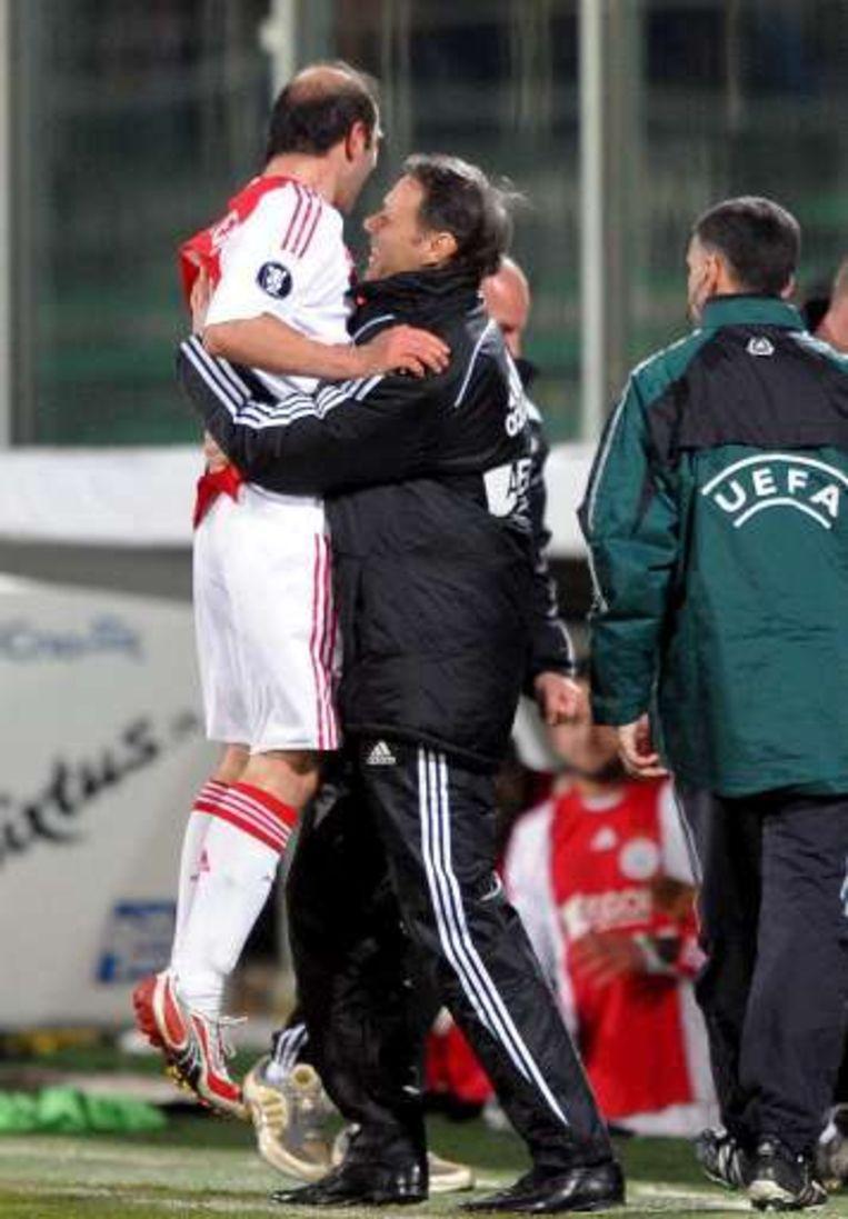 Hij vloog meteen in de armen van trainer Marco Van Basten. Beeld UNKNOWN