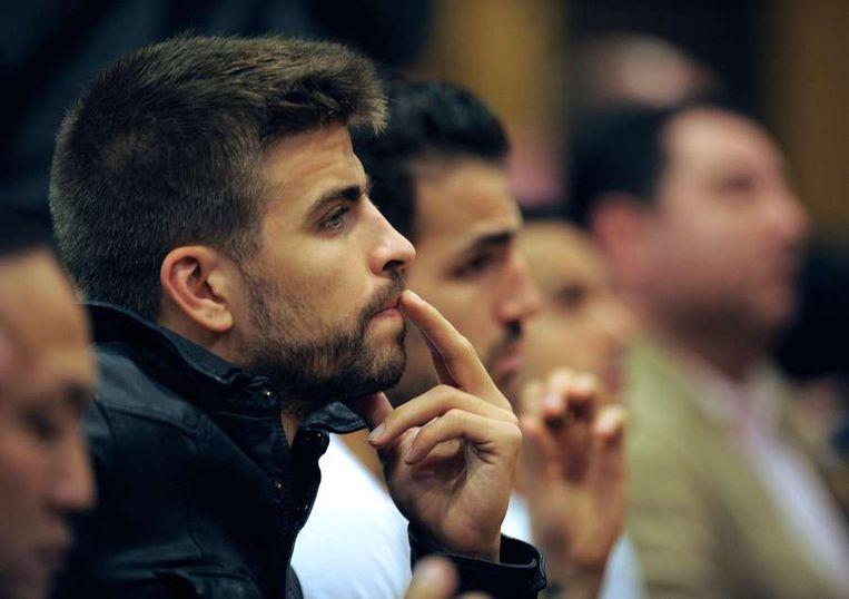 Aandachtige toeschouwers tijdens de persconferentie: Piqué en Fabregas Beeld AFP
