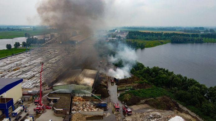 De grote brand aan het Looveer in Huissen gezien vanuit de lucht.