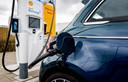 een laadpaal bij een tankstation, die is aangesloten op een 'superbatterij' van Shell. Met de batterij kunnen auto's sneller worden opgeladen.
