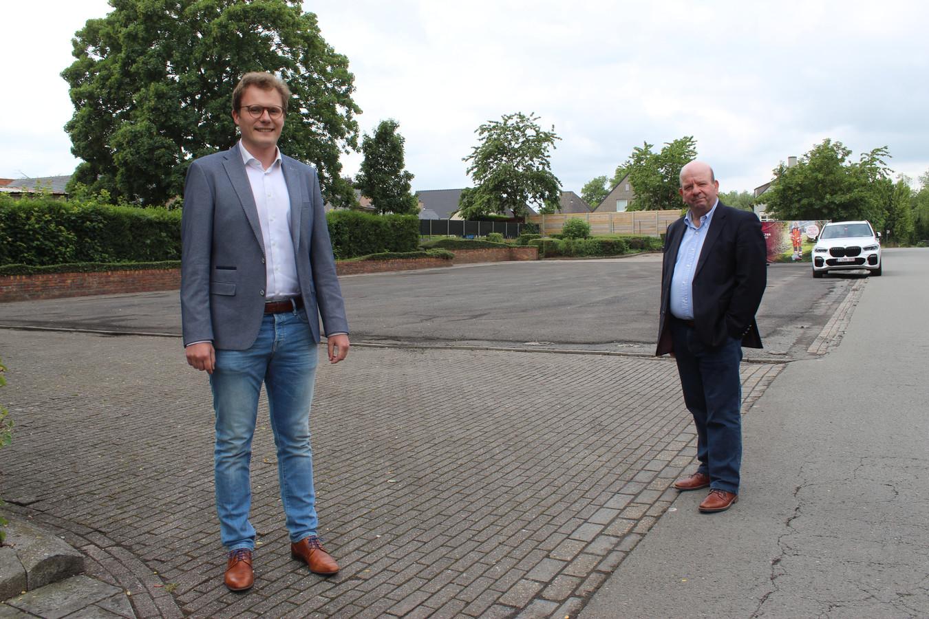 Schepen Mathias Van de Walle en schepen Dirk De Smul op het grijze plein dat een park wordt.