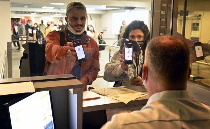 Passagiers tonen hun QR-code aan de grenscontrole op Brussels South Charleroi Airport.