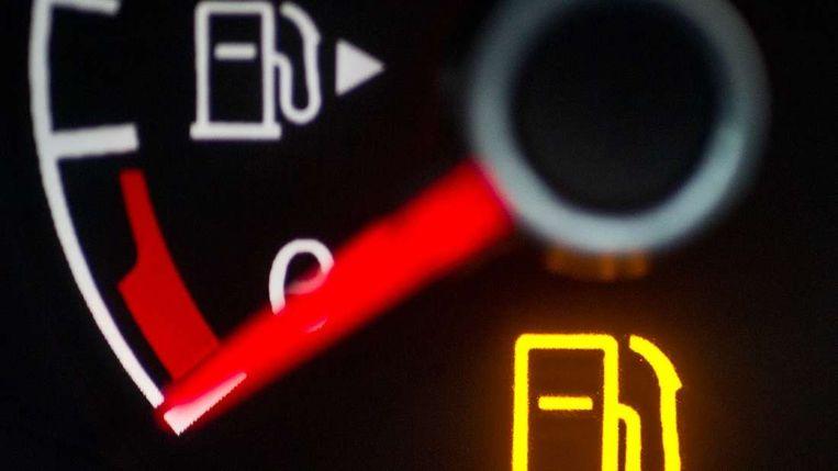Met een simpele rekentruc weet je voor altijd hoeveel kilometer je nog kunt rijden als het reservelampje van je auto begint te branden. Beeld DPA