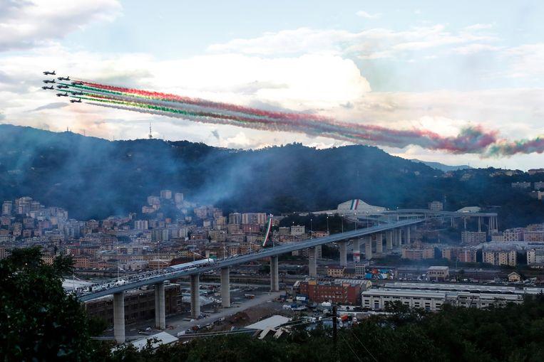 Straaljagers kleuren de lucht boven Genua in de drie kleuren van de Italiaanse vlag, tijdens de openingsceremonie voor de nieuwe brug.  Beeld AP