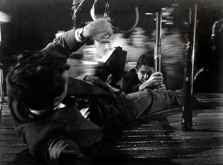 'Die scene waarin een man onder een hard rondtollende draaimolen kruipt, kan ik nog altijd niet zonder hartkloppingen zien.'  Beeld Still uit Strangers on a train