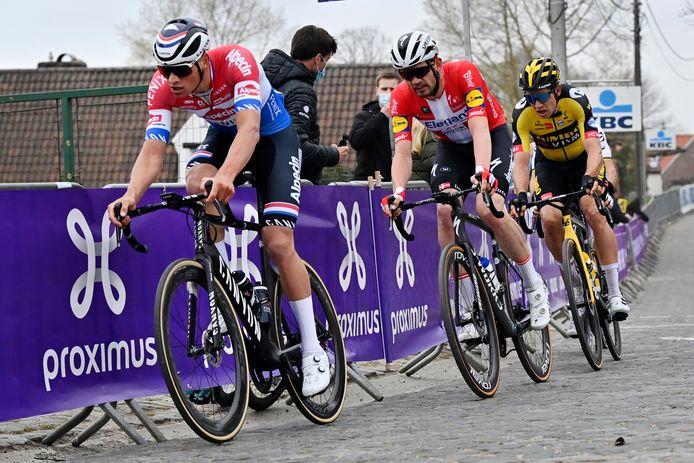 Mathieu van der Poel op kop, met achter hem Kasper Asgreen en Wout van Aert.