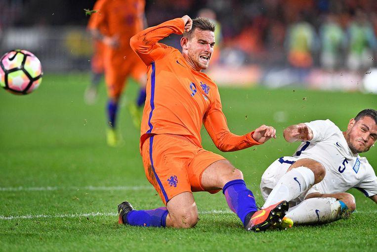 Vincent Janssen vecht een duel uit met zijn Griekse opponent in de verloren vriendschappelijke wedstrijd tegen Griekenland. Beeld Guus Dubbelman