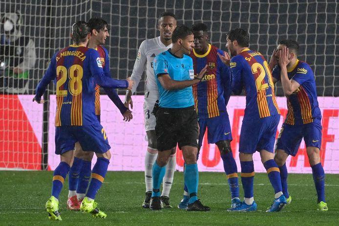 Consternatie bij Barcelona na de niet-gefloten strafschopfase.