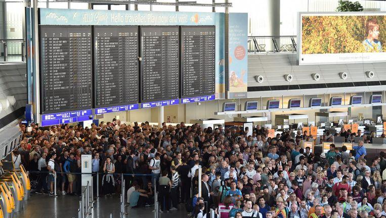 Duizenden mensen verlaten Terminal 1 tijdens de ontruiming. Beeld epa