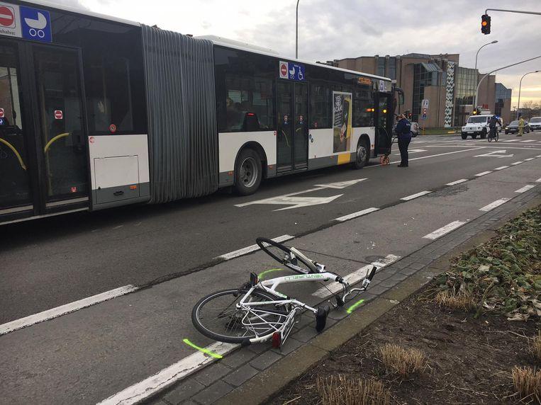 De 15-jarige fietsster werd door de bus geraakt, waarna ze met haar voet onder de bus terechtkwam.