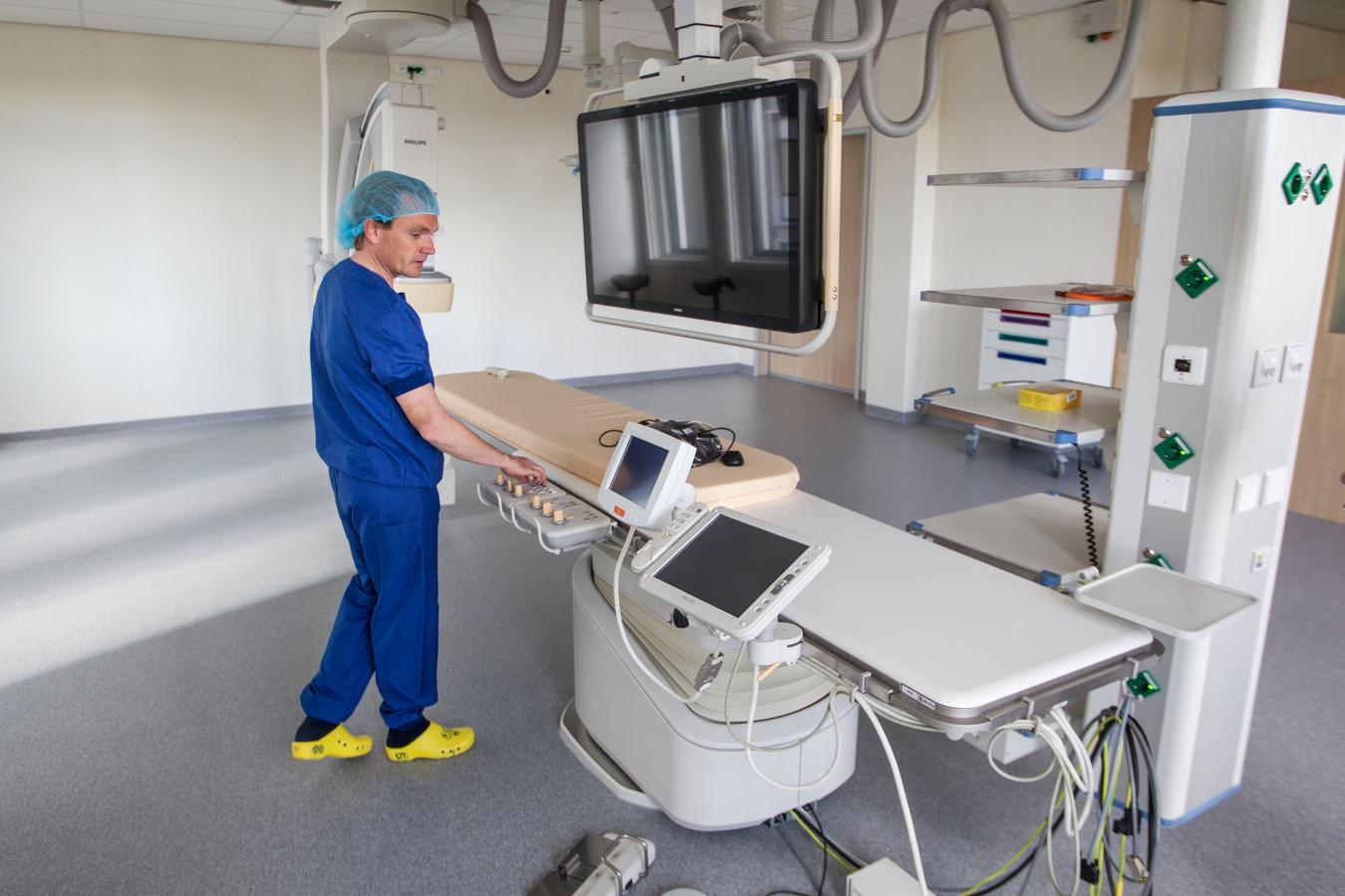 Cardioloog Pim Tonino in een van de ruime operatiekamers in het hartcentrum in het Catharina Ziekenhuis.