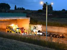 Vrachtwagen rijdt tegen tunnelwand, Sluiskiltunnel dicht