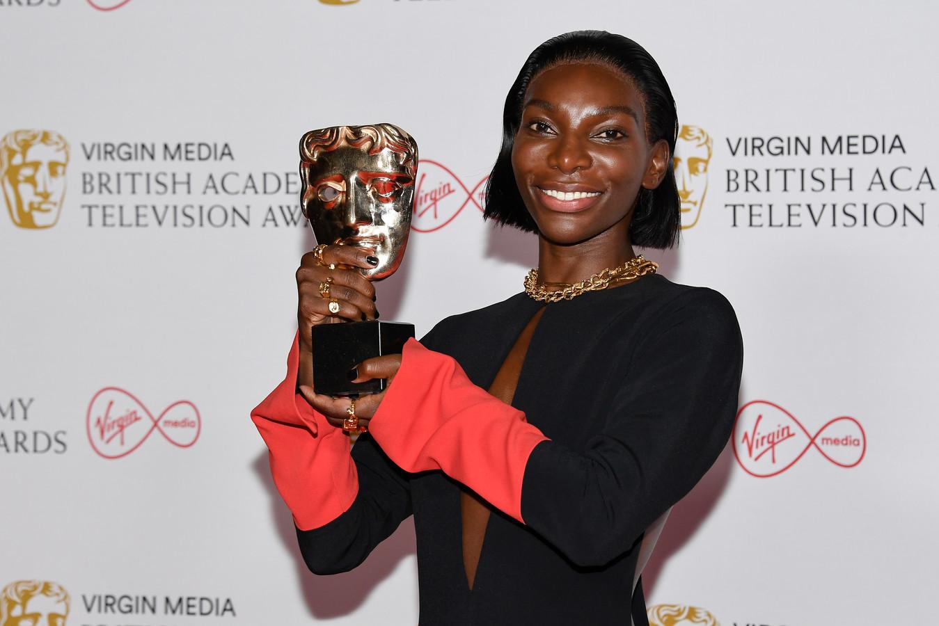Michaela Coel met haar BAFTA-beeldje voor 'Beste Actrice', gewonnen voor haar werk in I May Destroy You.