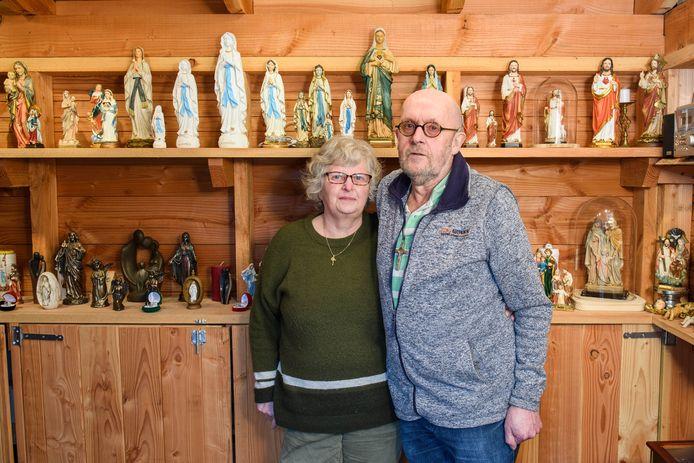 Het Nijverdalse echtpaar Els en Jenne Brinks van de stichting Bartrès tussen de beeldjes en andere religieuze voorwerpen in de verkoopruimte in hun achtertuin.
