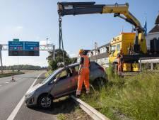 Auto rolt vanaf parkeerplaats bijna de snelweg op in Eemnes: bestuurder was handrem vergeten