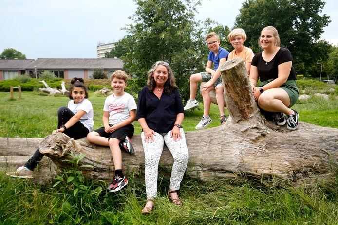 Elly van de Wetering (links) met een aantal kinderen en medewerkster Noëlla Outhuijse bij BSO Schuttersplein aan de Hiemstralaan in Gorinchem.