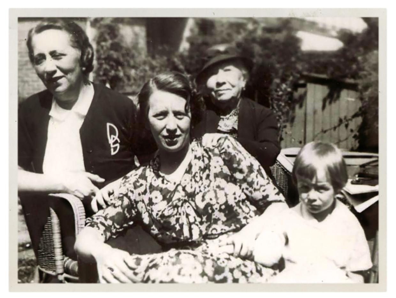 Vier generaties (vlnr): Deborah Stokvis-Farbstein (grootmoeder), Ellen van der Vlugt-Stokvis (moeder), Eleonora Farbstein-Hecht(overgrootmoeder),  Bram van der Vlugt, 1937. Beeld Eigen archief