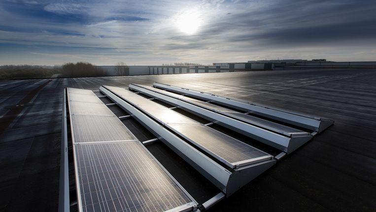 Zonnepanelen op de fabrieksdaken bij Tata Steel in IJmuiden. Beeld Tata