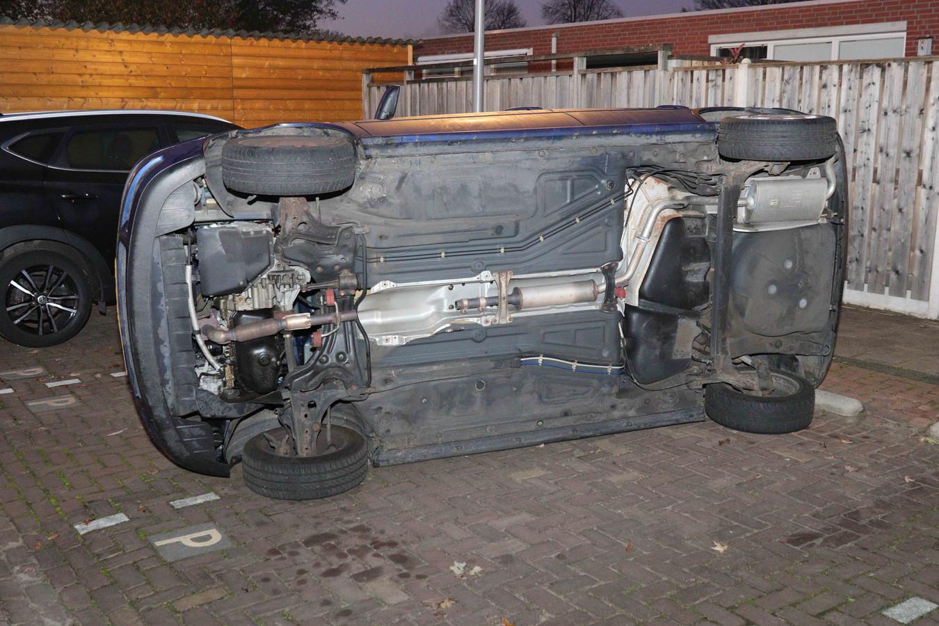 Deze auto werd door dieven op zijn kant geduwd vanwege de diefstal van een katalysator