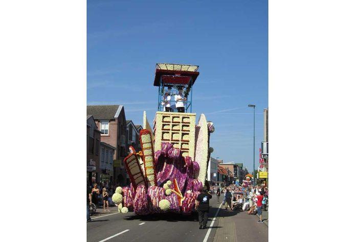 De winnende wagen van het bloemencorso in Valkenswaard.