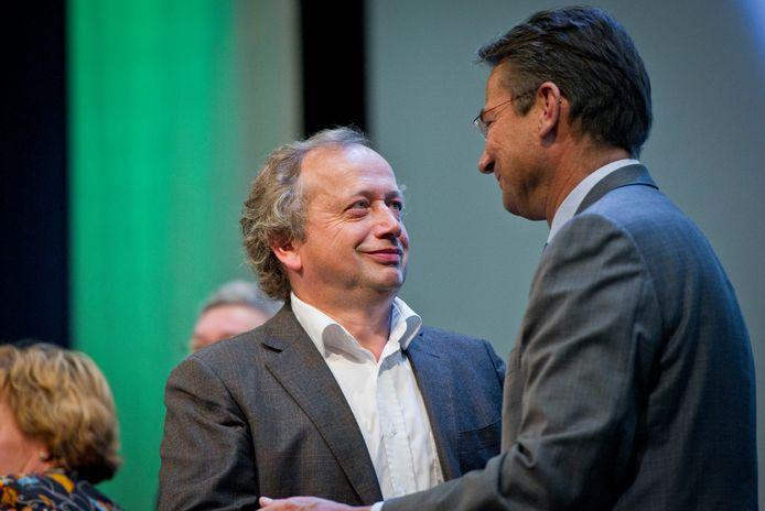 Toenmalig partijvoorzitter Henk Bleker (L) en CDA-fractievoorzitter Maxime Verhagen kijken tijdens het partijcongres in de Rijnhal in Arnhem over de samenwerking met de PVV, in 2010.