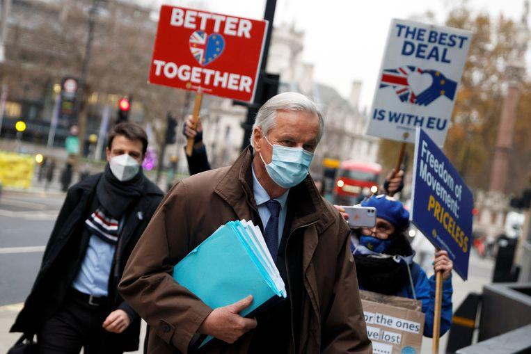 Hoofdonderhandelaar voor de EU Michel Barnier komt in Londen aan op de onderhandelingen. Buiten protesteren antibrexit-Britten. Beeld REUTERS
