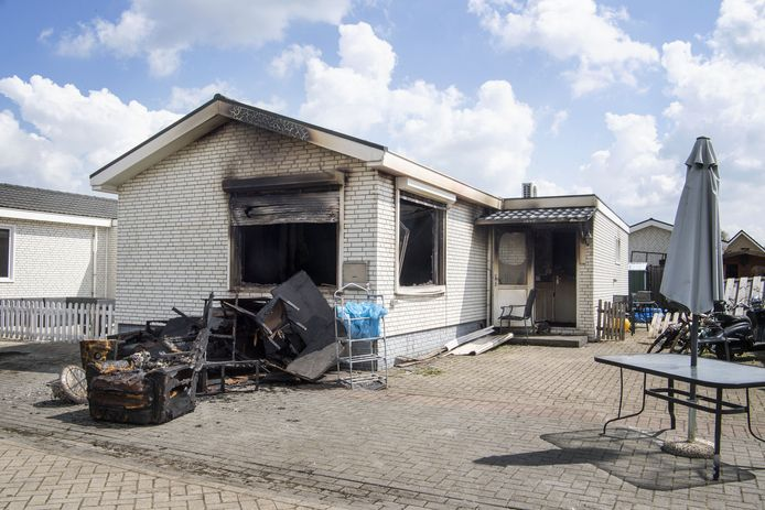 De uitgebrande woonwagen van Priscillia Pril . Die vloog deze week in brand. Ze hebben bijna niets meer.