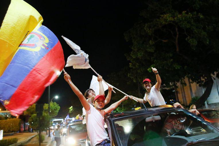 Aanhangers van Guillermo Lasso vieren zijn verkiezingsoverwinning in Guayaquil (Ecuador). Beeld AP