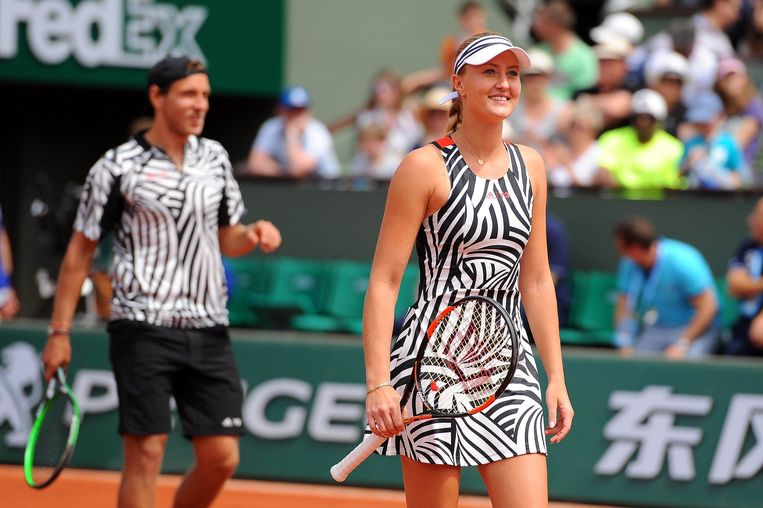 Kristina Mladenovic en Lucas Pouille op de achtergrond. Beeld Photo News
