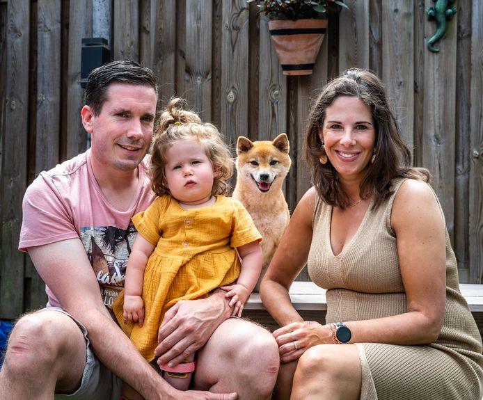 Dennie en Ilse van Loon met hun dochtertje Tess en hondje Miley. Tess lijdt aan een zeldzame spierziekte en heeft een rolstoelbus nodig.
