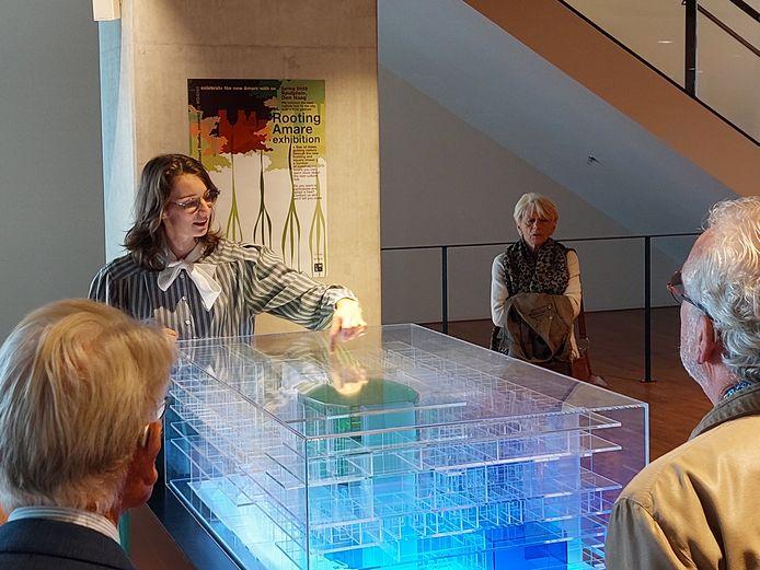 Yolande Zuijdgeest leidt vrienden van het Residentie Orkest door Amare. De maquette in een van de foyers geeft een beeld hoe het gebouw eruitziet.