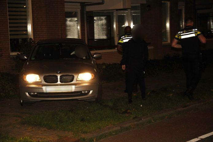 Auto rijdt tegen appartementencomplex in Uden, alleen schade aan tuin