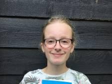 Lara schreef een boekje over draken en dat ligt nu in haar woonplaats Altena in de bibliotheek