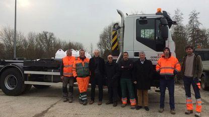 Personeel 'De Polder' pronkt met nieuwe vrachtwagen