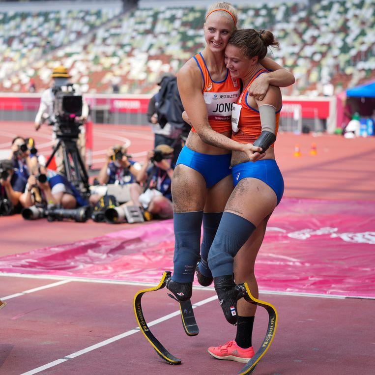 Fleur Jong (l) en Marlène van Gansewinkel bij het verspringen tijdens de Paralympische Spelen van Tokio.  Jong in de categorie T62 (twee blades), Van Gansewinkel in T64 (één blade). Beeld Getty Images