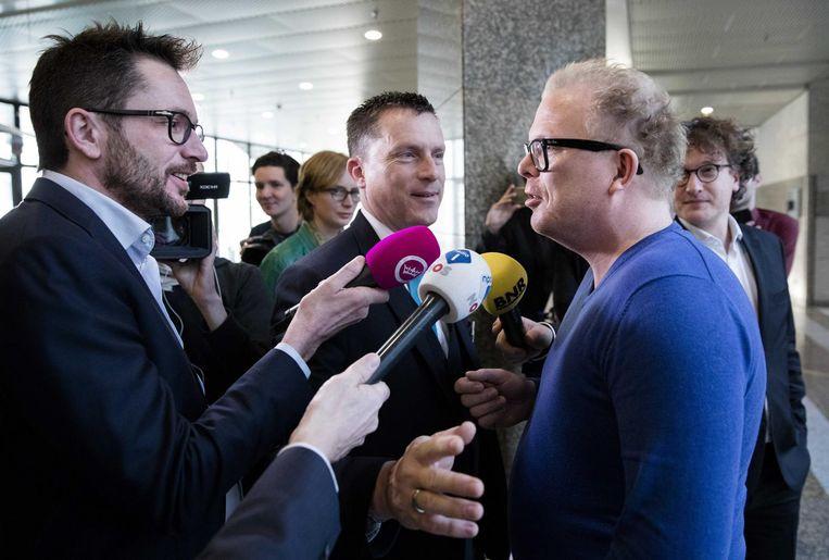 Tom Staal (GeenStijl), Jan Roos (ex-GeenStijl) en een bode. Beeld anp