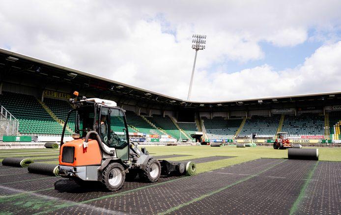 De kunstgrasmat wordt verwijderd uit het ADO Cars Jeans Stadion. De Haagse club krijgt weer een natuurgrasveld, dat eind augustus klaar is om te bespelen.
