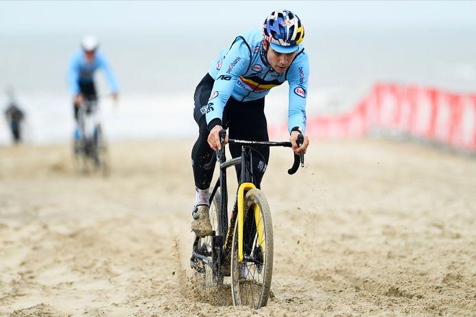Volgens de Gouden Cross-leider pakt Van Aert morgen zijn vierde regenboogtrui in het Oostendse zand.