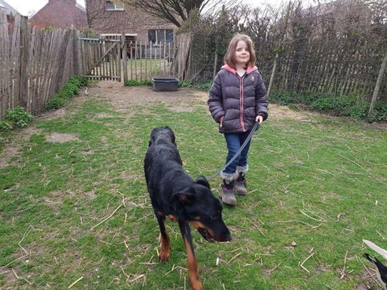 Vic gaat af en toe eens buiten wandelen, hier met Marjolein tijdens een kind-dier-atelier.