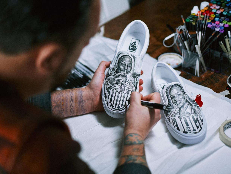 De schoenen van Snoop Dogg, met afbeelding van hemzelf en zijn vrouw, gemaakt door Belg Jadran Beauprez Beeld Thomas Sweertvaegher