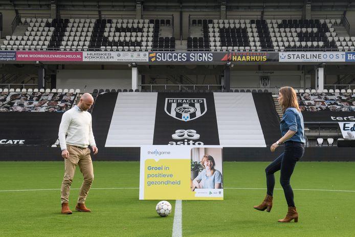 Een een-tweetje tussen Heracles, ROC van Twente en het MST: dat is The Fitgame. Ferran Plaggenborg (links, ROC van Twente) krijgt de bal aangespeeld door Annelot Adolfsen (MST).